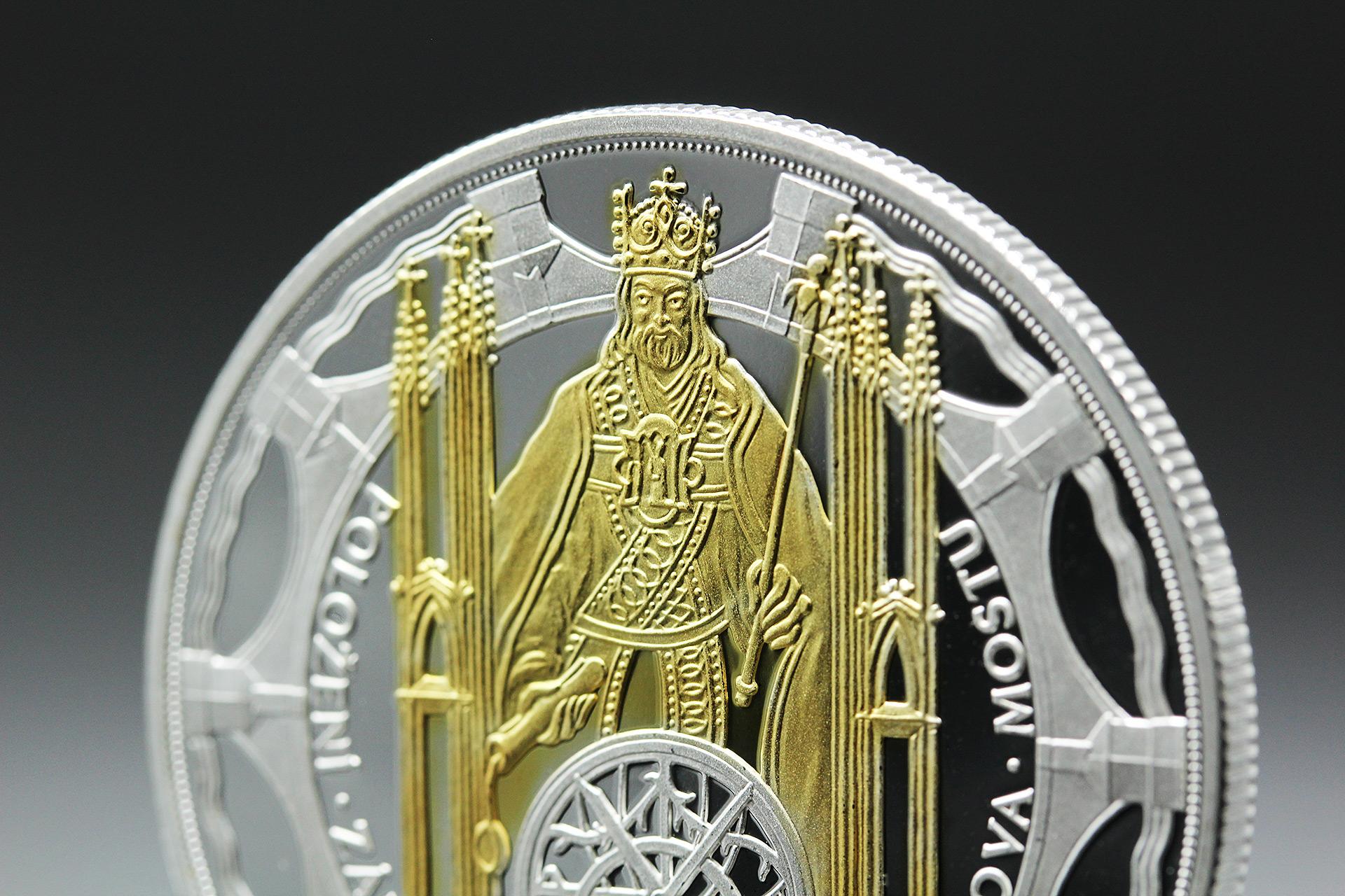 Detail pamětní medaile Karlův most zušlechtěné ryzím zlatem a stříbrem