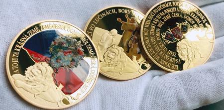 Česká hymna - pět pamětních medailí zušlechtěných ryzím zlatem a barevnou aplikací